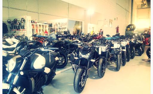 Exposición en tienda y taller de motos
