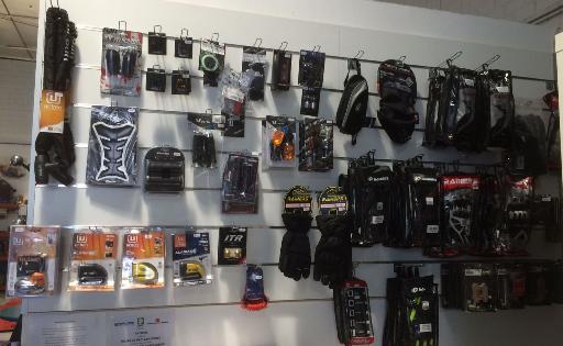Accesorios para motos en tienda y taller