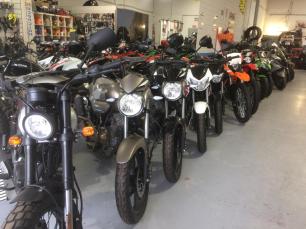 Exposición de motos en taller y tienda de Alcalá de Henares