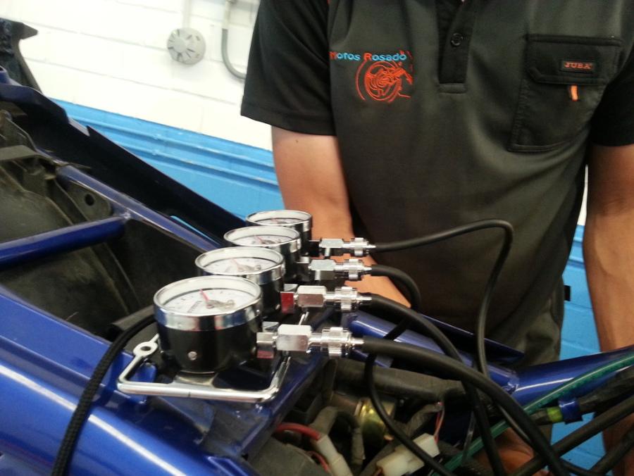 Mecánico profesional de motos en taller