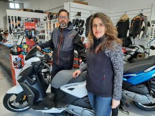 Zona de espera en tienda y taller de motos
